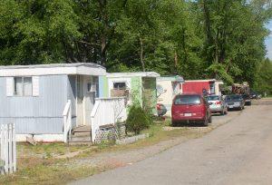Tres calles alineadas con los remolques, algunas en mucha mejor forma que otras, comprenden el camping de Rudd. Foto de Brooke Warner
