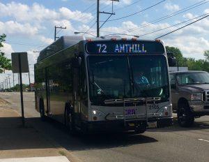 La línea 72 de GRTC a Ampthill es el único autobús que corre a lo largo de Jeff Davis Highway, deteniéndose justo al norte de Chippenham Parkway. Foto de Brooke Warner